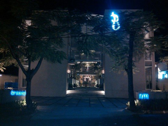 Breeze Art and Boutique Hotel: At night