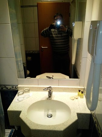 Hotel Carlton: Ванная комната