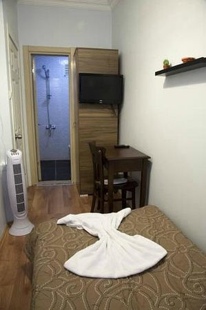 Ilya Pera Hotel: single room