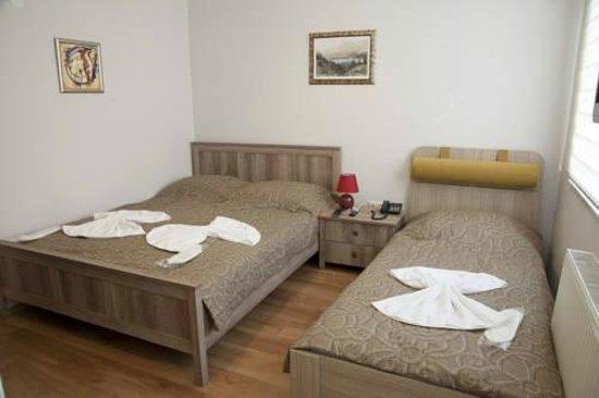 Ilya Pera Hotel: triple room