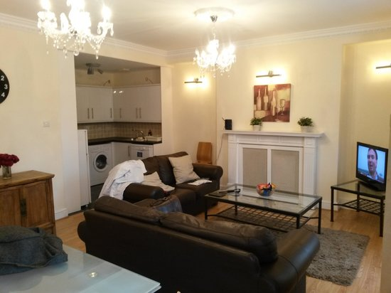 Lamington - Hammersmith Serviced Apartments: living room and kitchen