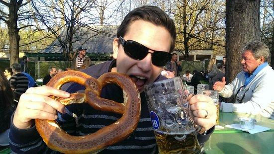 Jardín inglés: Giant Pretzel & beer in the park