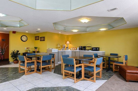 Americas Best Value Inn Winter Haven : Breakfast Area