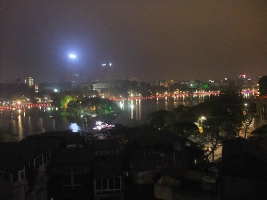 Artisan Lakeview Hotel : View of lake from room at night