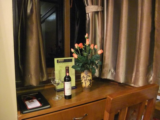 Artisan Lakeview Hotel: Roses and wine