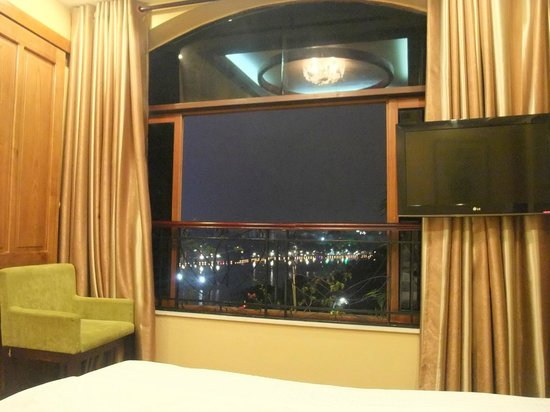 Artisan Lakeview Hotel: View of lake from room at night