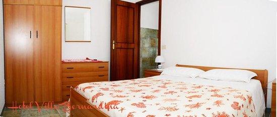 Hotel Villa Bernardina: Camera da letto appartamento bilocale