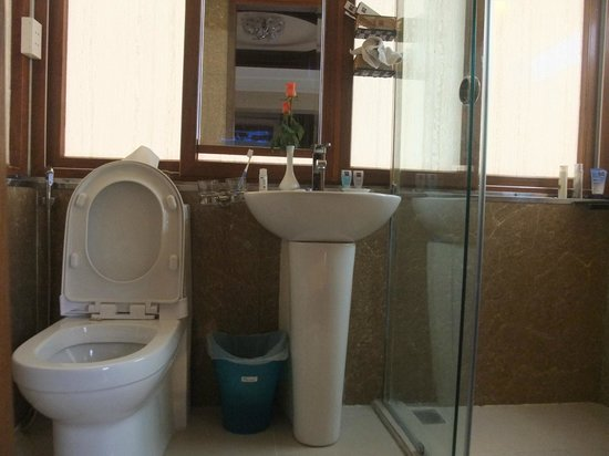 Artisan Lakeview Hotel: Bathroom