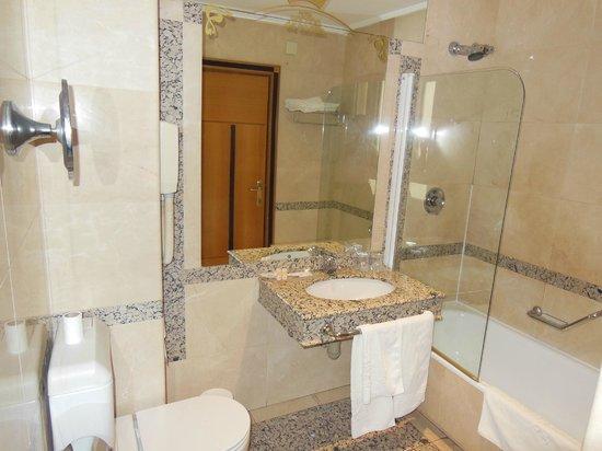 Hotel Corona de Castilla: Bathroom