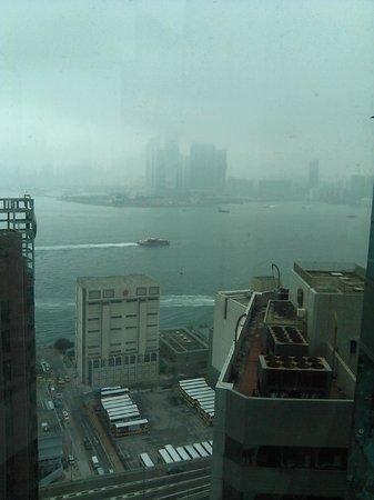Ibis Hong Kong Central & Sheung Wan Hotel: из номера 22 этажа, окно на гавань