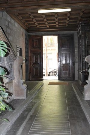 Hostal Girona: Entrance. View out