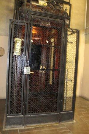 Hostal Girona: Lift, old fashion style