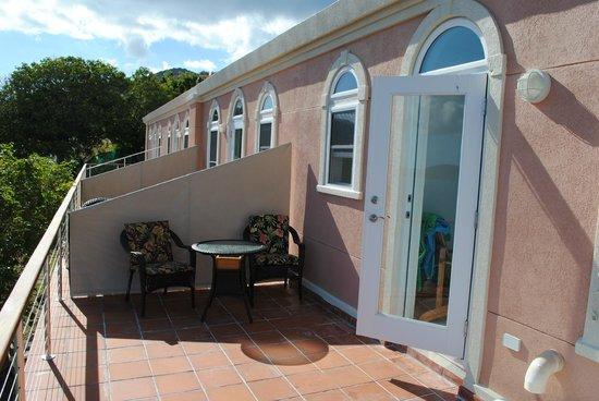 Evening Star Villas: Nydelig veranda, med skygge fra kl 2:30PM