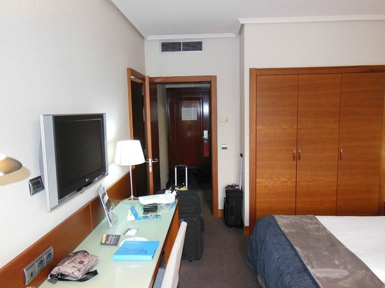 Silken Amara Plaza Hotel: Room