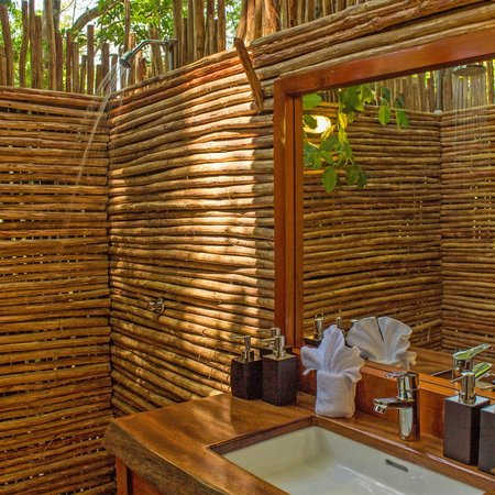 The Resort at Isla Palenque: Outdoor bathroooms at the Tented Suites