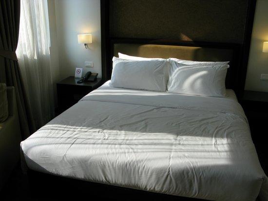 The Dawin Bangkok Hotel : een goed bed, vraag het kamermeisje een laken want het dekbedje is warm