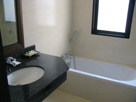 The Dawin Bangkok Hotel : bad, wastafel, douche en wc