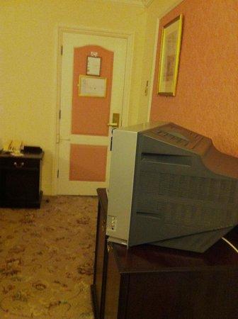 Royal Victoria Hotel: View towards door