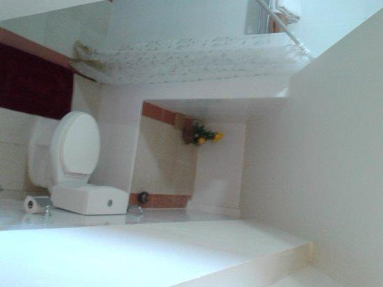Villareal Heights : douche en wc familiesuite, kan schoner