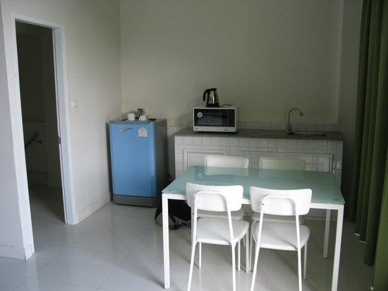 Villareal Heights: keukenblok familiesuite, met magnetron, waterkoker en koelkast