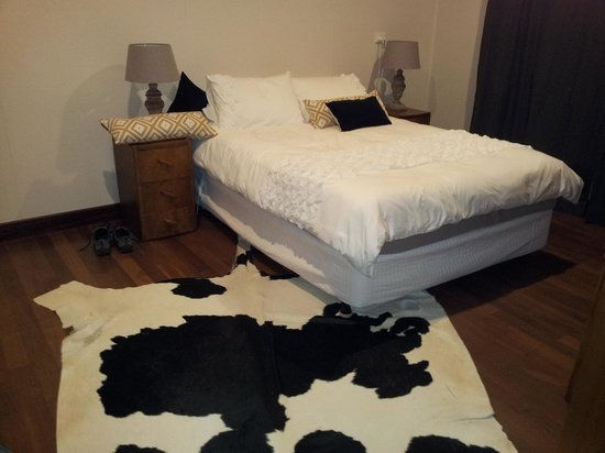 Bella's Country Place: Bed - personally disliked the skinned cow rug