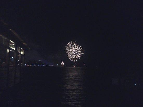 La Dolce Vita (siège de Port Mole): National fireworks display at midnight on 31 Dec 2013 seen from restaurant.