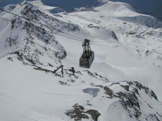 Alpe d'Huez Grand Domaine Ski : A huge vagon-lift delivers you to the top.