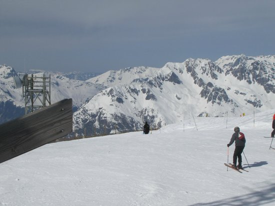 Alpe d'Huez Grand Domaine Ski : The skiing area is so wide that skiers do not prevent you from skiing.