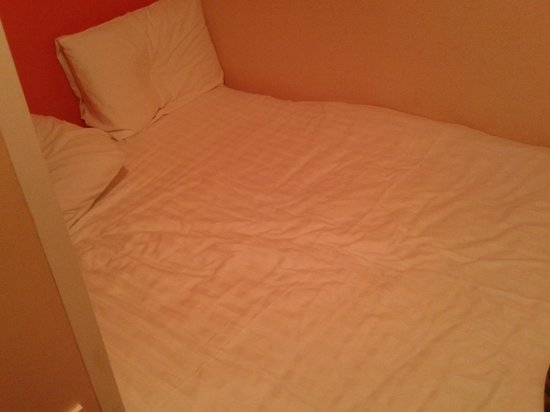 easyHotel London Victoria: Bed