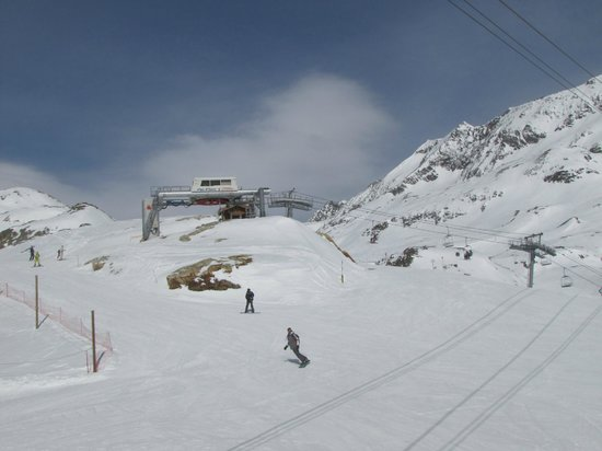 Alpe d'Huez Grand Domaine Ski : Around 100 lifts of different types are in this area