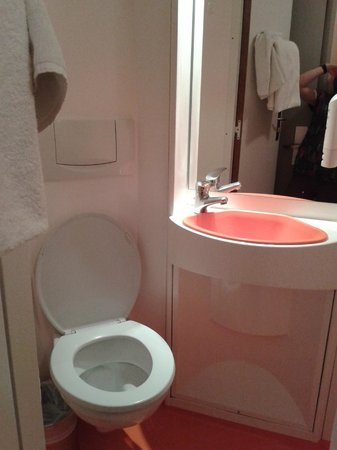 "easyHotel London Victoria: ""Bathroom"" pod"