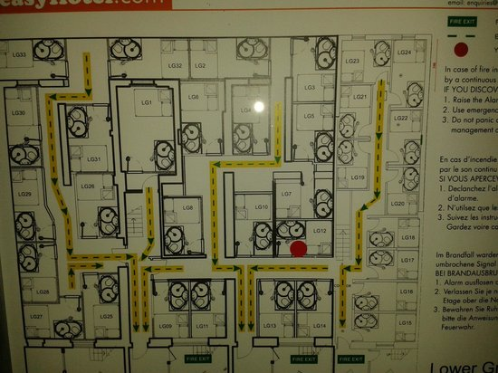easyHotel London Victoria: Our floor plan - our room seemly the smallest!