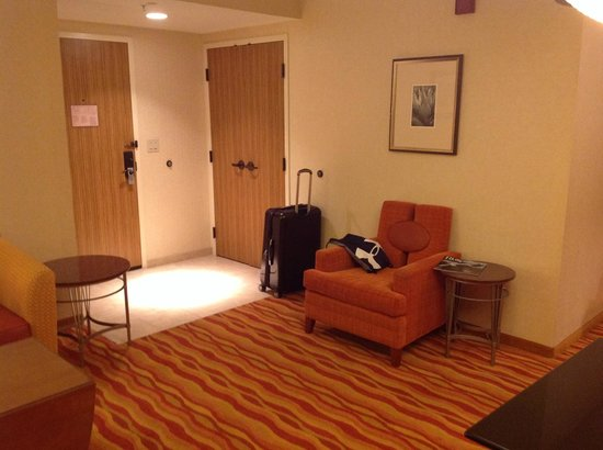Renaissance Phoenix Glendale Hotel & Spa: Looking towards door out of main suite area