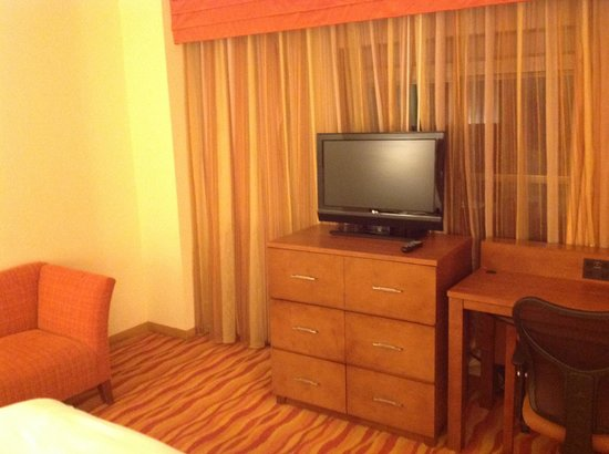 Renaissance Phoenix Glendale Hotel & Spa : TV area in bedroom