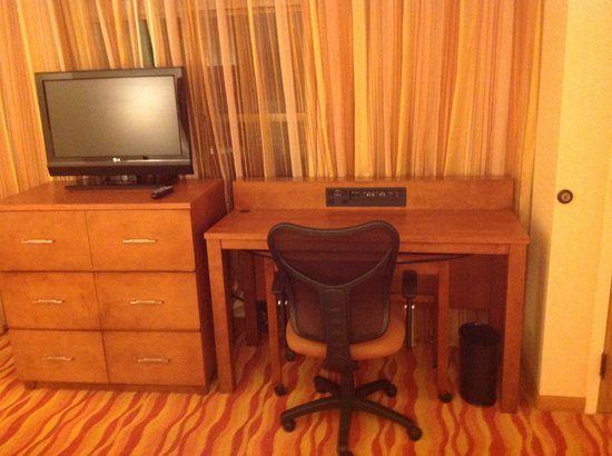 Renaissance Phoenix Glendale Hotel & Spa: Bedroom desk/TV area