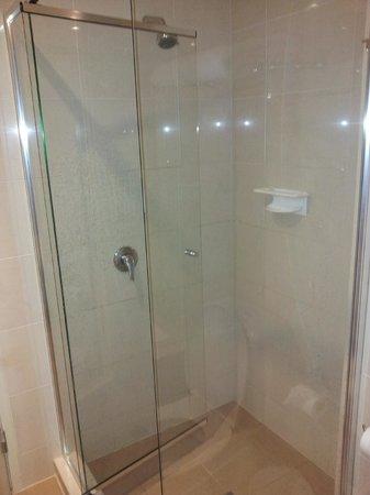 Mantra Bunbury Hotel : Large shower