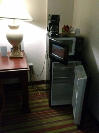 Days Inn Sarasota - Siesta Key: Appliance pyramids with overcrowded electrical plugs.