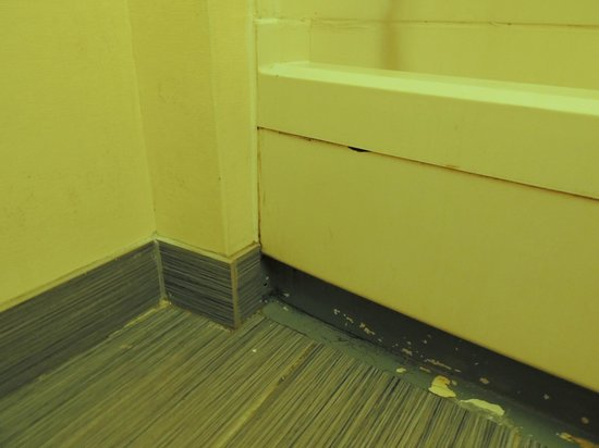 Travelodge Parsippany: Unfinished tile, high tub, mold