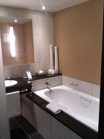 The Westin Cape Town: large bathroom