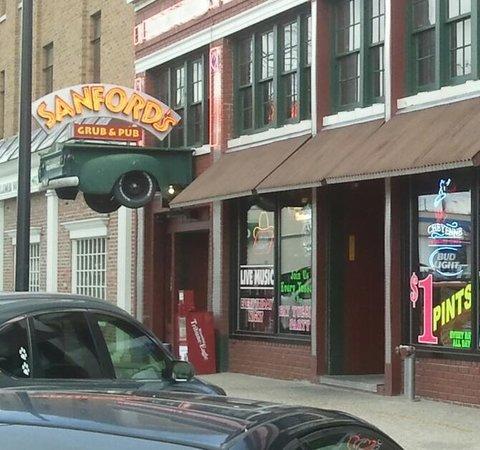 Sanford's Grub & Pub: Great decor!