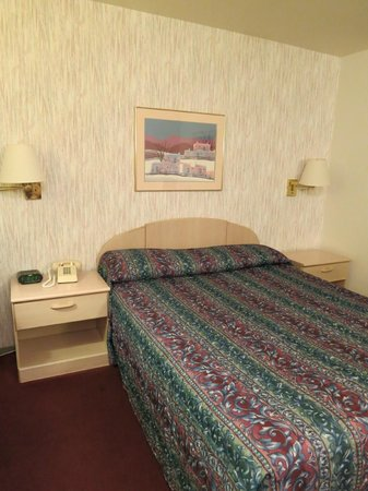 Red Mountain Inn - bed and nightstands