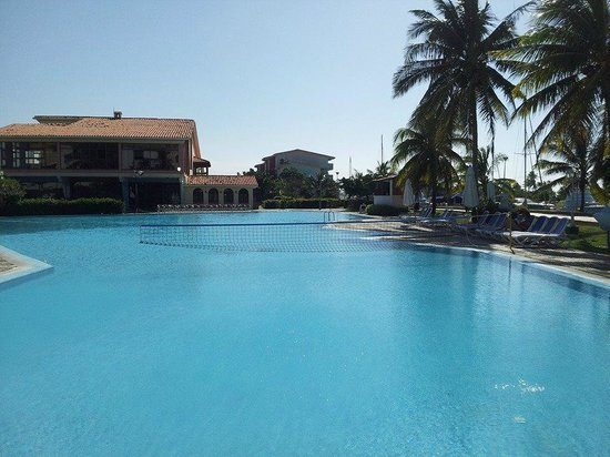 Hotel Club Acuario: The buffet restaurant and the pool