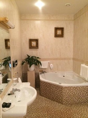 Lakeside Manor Hotel: Jacuzzi in room 219