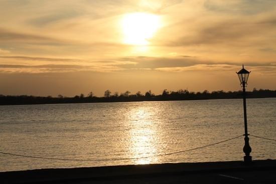 Lakeside Manor Hotel: sunset on the lake