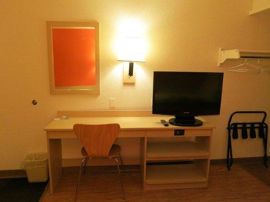 Motel 6 Rapid City : Rapid City Motel 6 - Desk & TV