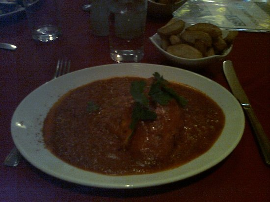 Gusto Vero: Chicken in spicy tomato sauce with chips