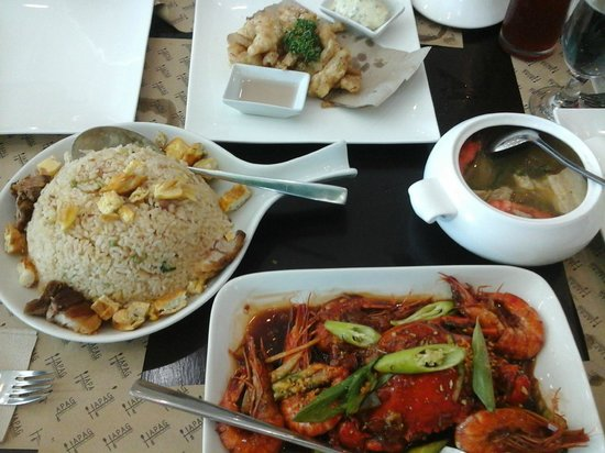 Malolos, Filipinas: Hapag fried rice, chef's triple sinigang, crab & shrimp, beer butter fish fillet