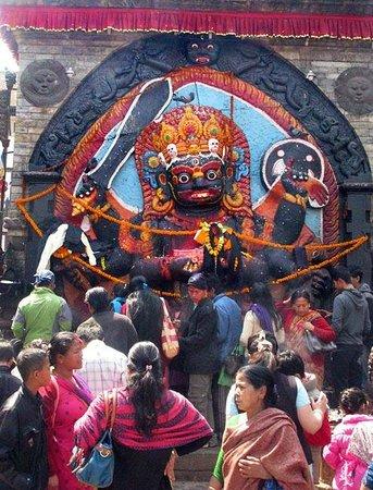 Place Durbar à Katmandou : Colorful shrine in Durbar Square