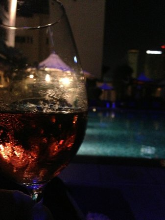 Singapore Marriott Tang Plaza Hotel: Balmy evening nightcap at the Pool