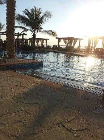 Radisson Blu Hotel, Abu Dhabi Yas Island: Sunset at the pool